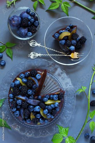 Spoed Foto op Canvas Klaar gerecht Chocolate cake with icing, blackberries and blueberries.
