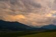 Weg mit Feldern in den Bergen im Inntal