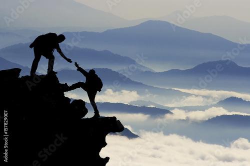 Poster de jardin Alpinisme dağcı yardımı silüet