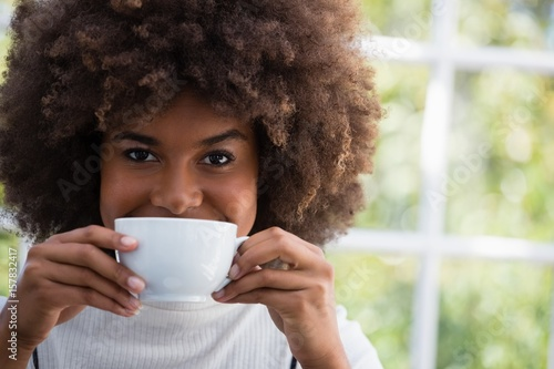 Fotografía  Close up portrait of smiling woman having coffee in cafe
