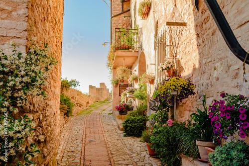 Widok miasto i mali pasy ruchu miasteczko Spello w Umbria Włochy prowincja Perugia Włochy