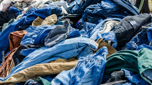 Photo sur Aluminium Aquarelle avec des feuilles tropicales Heaps of clothing on the second hand market