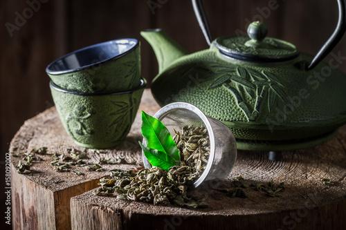 Plakat Aromatyczna zielona herbata na starym drewnianym fiszorku