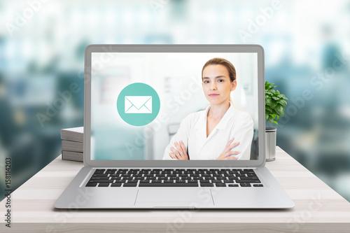 Fotografia  Medico o scienziata su schermo computer, invio mail, consulto