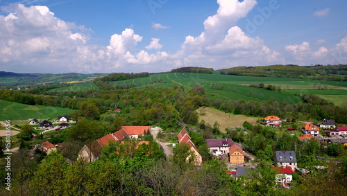 Fototapeta Polska wieś  - wzgórza, pola, domki obraz