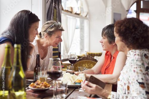 In de dag Restaurant Businesswomen talking during lunch in restaurant