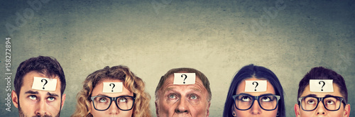 Photo Multiethnic group of thinking people with question mark looking up