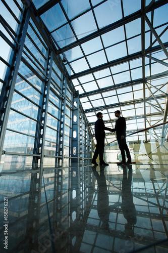 Fotografía  Two business leaders making deal