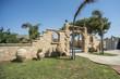 Esterni di villa con arredamento da giardino e piscina