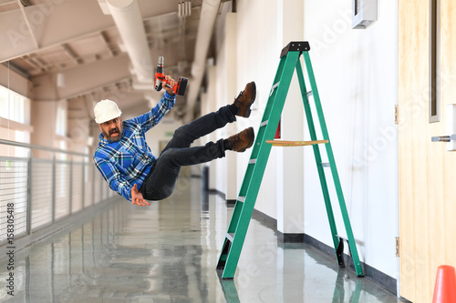 Photo Construction worker falling off the ladder