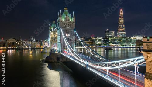 tower-bridge-to-polaczony-most-zwodzony-i-wiszacy-w-londynie-zbudowany-w-latach-1886-1894-widok-noca