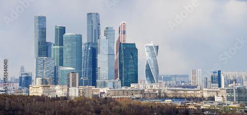 Russia, 27/04/2017: lo skyline con i grattacieli del Centro di affari internazionali, noto anche come Moscow City, visto da Sparrow Hills, uno dei punti più alti di Mosca