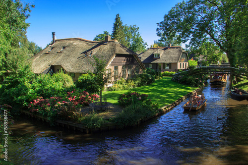 Obraz na plátne Giethoorn, The Netherlands, August 2016 Touristic boats in Giethoorn canal and beautiful cottages on shore