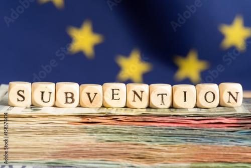 Fotografía  Flagge der EU, Geld und das Wort Subventionen