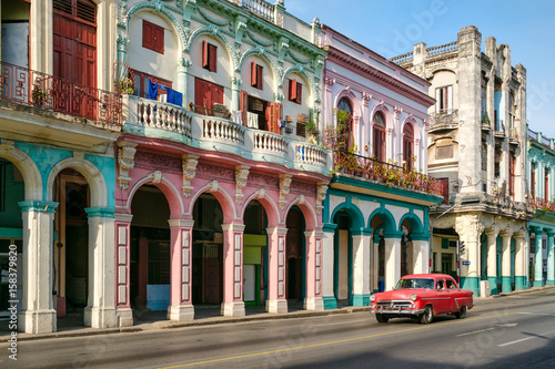 Photo  Urban scene in a colorful street in Old Havana