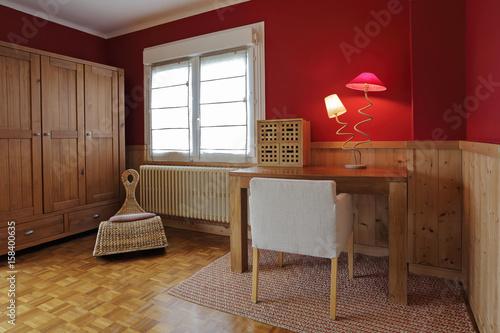 Petit bureau en bois dans chambre à coucher buy this stock photo