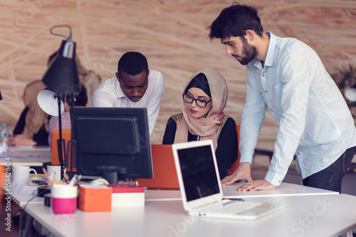 Foto  Multiracial contemporary business people working