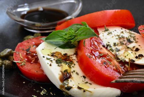 Fotografie, Obraz  Insalata Caprese, Tomaten Mozzarella, Auf Teller mit Balsamico, Nahaufnahme, Foo