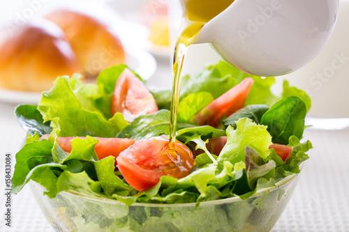 Fototapeta 野菜サラダにドレッシングをかける obraz