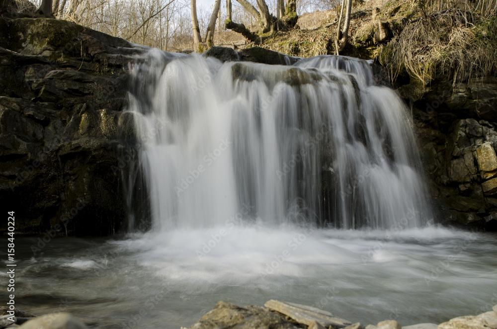wodospad na górskiej rzece
