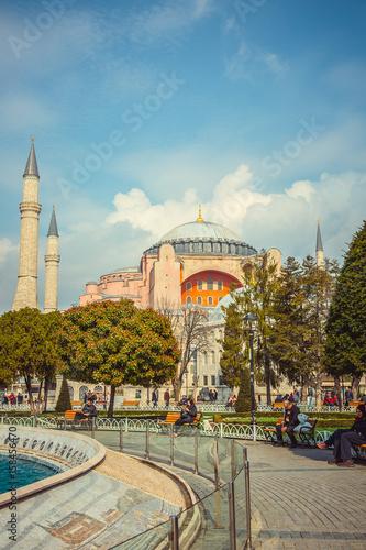 Fotografia Beautiful fountain on the background Hagia Sophia mosque in Istanbul, Turkey