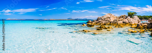 Foto Rollo Basic - Clear amazing azure coloured sea water with gtanote rocks in Capriccioli beach, Sardinia, Italy (von Miniloc)