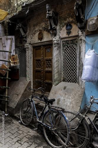 Foto auf AluDibond Fahrrad bicicletas esperando en callejón de la India