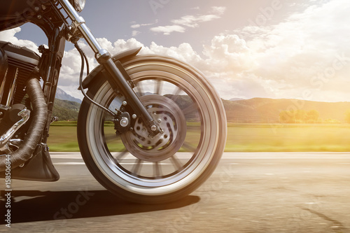 Motorrad fährt auf Straße