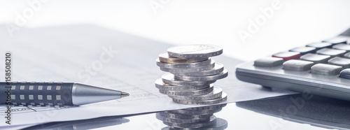 Cuadros en Lienzo Finanzen, Euro, Münzstapel auf Tabellen mit Stift und Taschenrechner, Panorama,