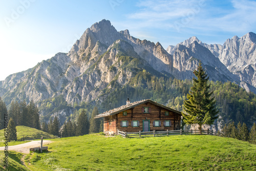 Fotografiet  Alpine hut in the Austrian mountains