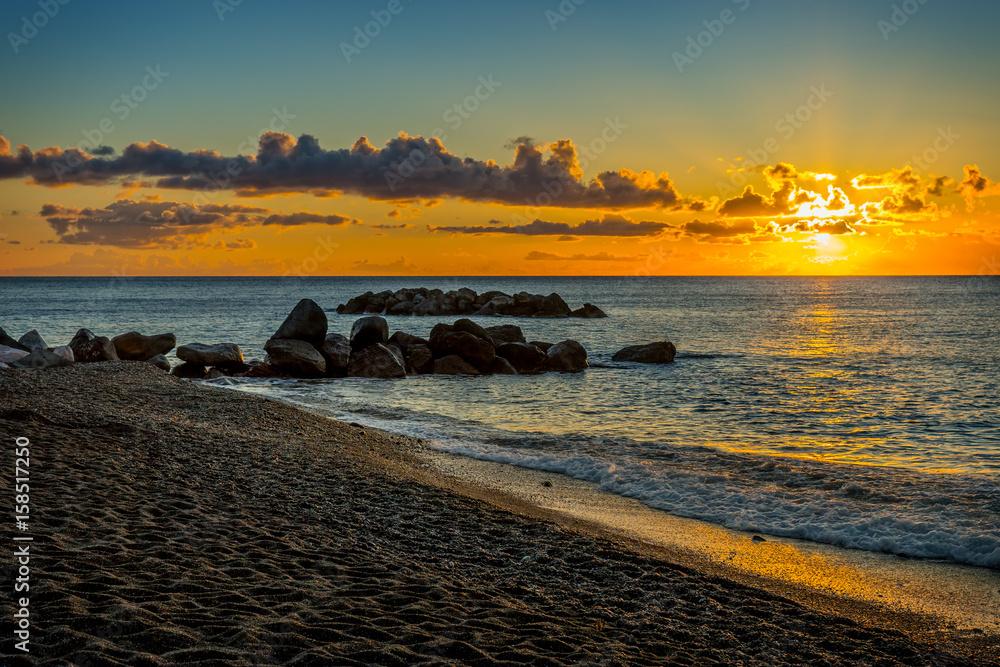 Fototapety, obrazy: Pejzaż o wschodzie słońca, czarna plaża, Santorini, Grecja