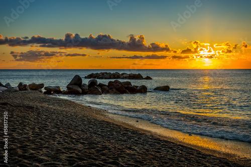 Obraz Pejzaż o wschodzie słońca, czarna plaża, Santorini, Grecja - fototapety do salonu