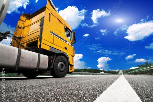 Zdjęcie XXL Szybka ciężarówka na autostradzie