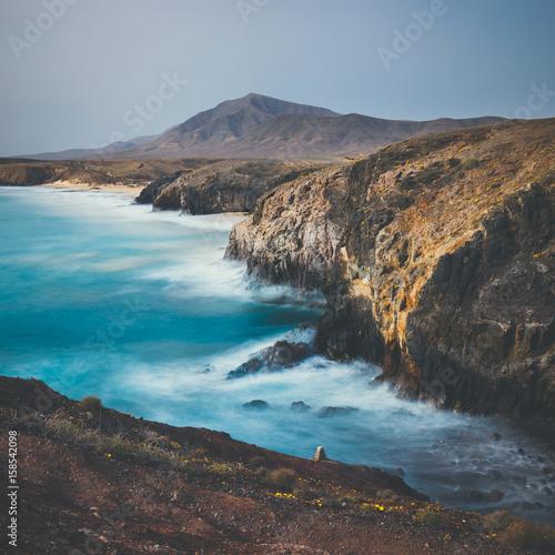 zdjecie-zrobione-przy-pomocy-dlugiej-ekspozycji-wybrzeze-lanzarote-w-hiszpanii