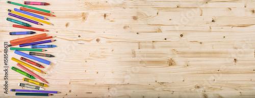 przybory-szkolne-na-drewnianym-tle