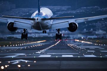 Navečer se avion sprema za slijetanje na pistu