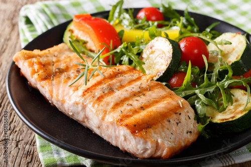 Cuadros en Lienzo  Tasty fillet of grilled salmon and vegetable salad with arugula close-up