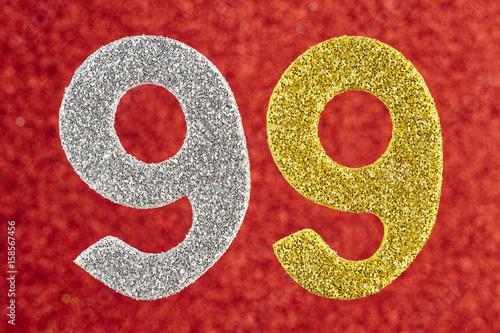 Numéro quatre-vingt-dix-neuf couleur jaune argenté sur un fond rouge Poster