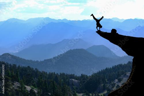 Fotografía  uçurumdaki cesur adam & riskli hareket