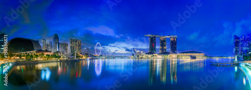 La pose en embrasure Bleu fonce Singapore skyline background