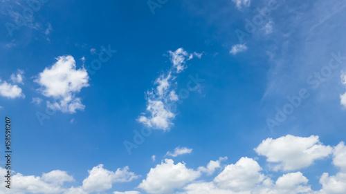 Piękne letnie błękitne niebo z chmurami - fototapety na wymiar