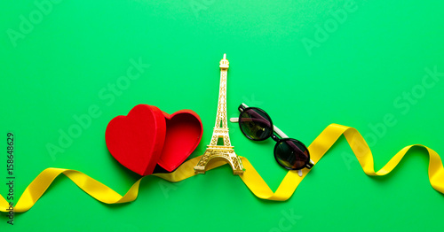 Valokuva Heart shape box and Eiffel tower toy
