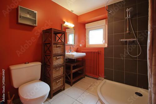 salle de bain avec douche et mur coloré en rouge orange – kaufen Sie ...