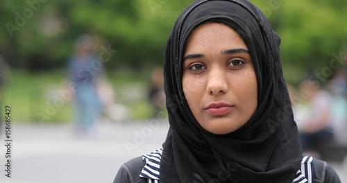 Young muslim woman wearing hijab face portrait serious Billede på lærred