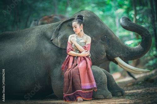 Zdjęcie XXL Piękna azjatykcia dziewczyna i uroczy słoń.