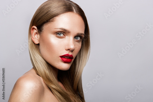 Fotografia Beautiful young model with red lips and nude manicure