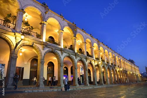 Arcades de la plaza de Armas la nuit à Arequipa au Pérou Fototapet