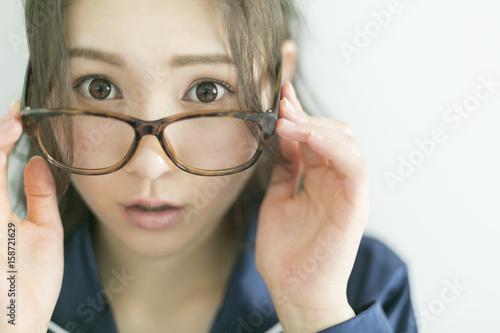 Fotografía  メガネをかけたパジャマの女性