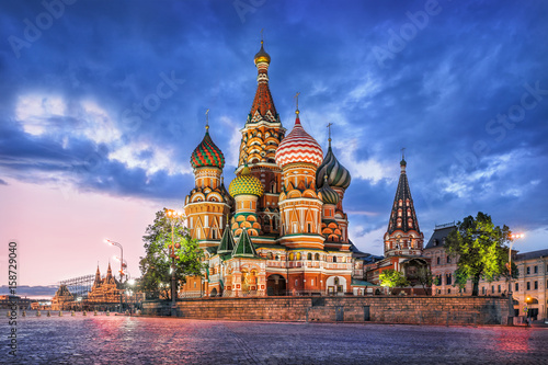 Foto op Aluminium Moskou Собор и туча St. Basil's Cathedral and a blue cloud