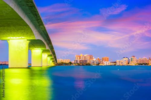 oswietlony-na-zolto-most-w-miescie-sarasota-wieczorowa-pora-na-florydzie